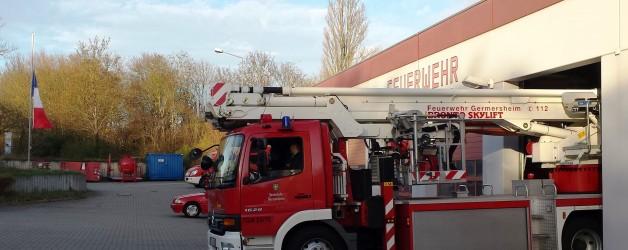 Feuerwehr Germersheim rückt unter Trauerbeflaggung aus