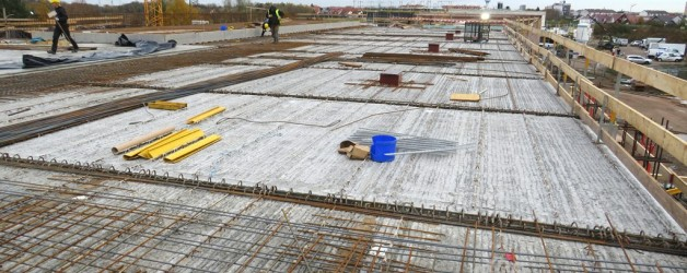Dach der Fahrzeughalle wird betoniert