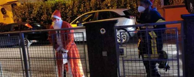 Feuerwehr-Nikolaus überrascht Kinder