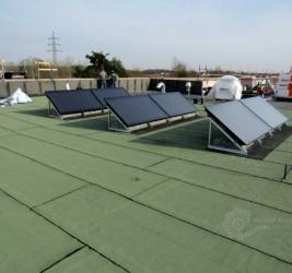 Erste Elemente der Solarthermieanlage montiert